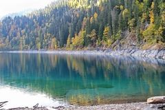 Bello lago circondato dalle montagne e dalle foreste in autunno Malaya Ritsa, Abkhazia fotografie stock