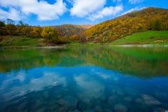 Bello lago con chiara acqua nelle montagne, Fotografie Stock Libere da Diritti