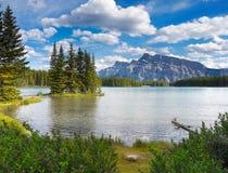 Bello lago con il fondo delle montagne Immagine Stock