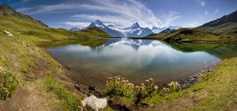Bello lago con la montagna svizzera   Immagini Stock
