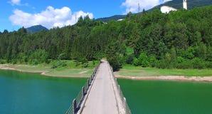 Bello lago del alpin, vista aerea del ponte di incrocio di estate s Fotografie Stock