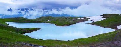 Bello lago dell'alta montagna con una vista panoramica del cielo Immagine Stock