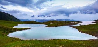 Bello lago dell'alta montagna con una vista panoramica del cielo Immagine Stock Libera da Diritti