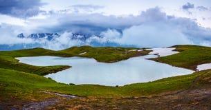 Bello lago dell'alta montagna con una vista panoramica del cielo Fotografie Stock Libere da Diritti