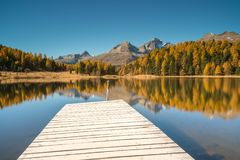 Bello lago della montagna con un pilastro di legno vicino a St Moritz Fotografia Stock Libera da Diritti