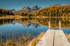 Bello lago della montagna con un pilastro di legno vicino a St Moritz Immagine Stock