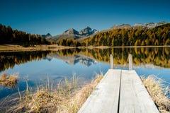 Bello lago della montagna con un pilastro di legno vicino a St Moritz Fotografia Stock