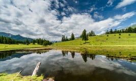 Bello lago della montagna e riflessione dei dintorni nelle alpi svizzere Fotografie Stock