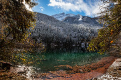 Bello lago della montagna nelle alpi Fotografia Stock