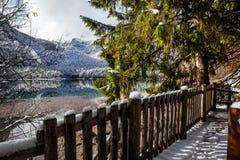 Bello lago della montagna nelle alpi Immagini Stock