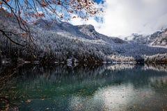 Bello lago della montagna nelle alpi Fotografie Stock