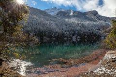 Bello lago della montagna nelle alpi Fotografie Stock Libere da Diritti