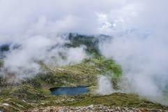 Bello lago della montagna in nuvole Fotografia Stock Libera da Diritti