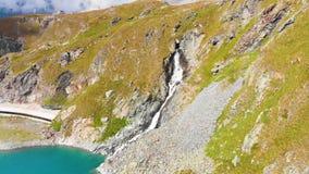 Bello lago della montagna vicino al Cervino stock footage