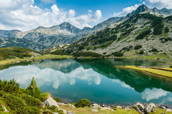 Bello lago e Mountain View in Bulgaria Fotografia Stock