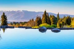 Bello lago e Mountain View in Sandanski, Bulgaria Immagini Stock Libere da Diritti