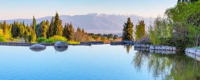 Bello lago e Mountain View in Sandanski, Bulgaria Immagine Stock