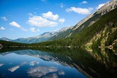 Bello lago e riflessione nei dolimites italiani Immagine Stock