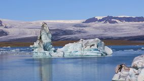 Bello lago glaciale Jokulsarlon in Islanda stock footage