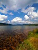 Bello lago libero con le montagne fotografie stock libere da diritti