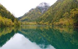 Bello lago in montagne Immagine Stock Libera da Diritti