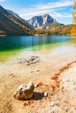 Bello lago in montagne delle alpi in autunno fotografia stock