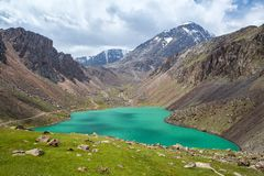 Bello lago in montagne di Tien Shan, Kirgizstan immagine stock