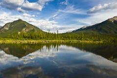 Bello lago nella sosta nazionale del Banff, Canada fotografie stock