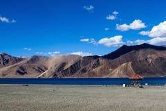 Bello lago Pangong del turchese con la gamma dell'Himalaya Fotografie Stock Libere da Diritti