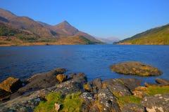 Bello lago scozzese Leven Scotland Regno Unito di estate con le montagne Immagine Stock Libera da Diritti