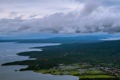 Bello lago Taal in Tagaytay, Filippine durante il giorno nuvoloso immagine stock