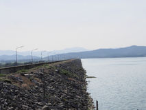 Bello lago a tempo la mattina con nebbia fotografia stock libera da diritti