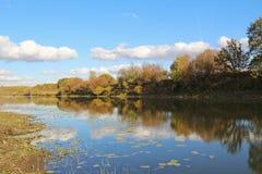 Bello lago un giorno soleggiato di autunno La Russia Fotografie Stock Libere da Diritti