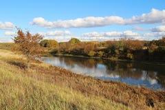 Bello lago un giorno soleggiato di autunno La Russia Fotografia Stock Libera da Diritti