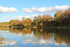Bello lago un giorno soleggiato di autunno La Russia Immagini Stock Libere da Diritti