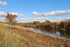 Bello lago un giorno soleggiato di autunno La Russia Fotografie Stock