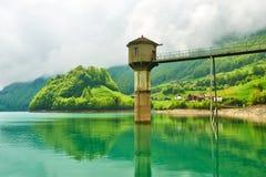 Bello lago verde smeraldo della montagna in Svizzera Fotografia Stock