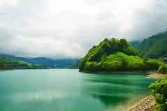 Bello lago verde smeraldo della montagna in Svizzera Immagini Stock