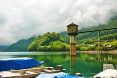 Bello lago verde smeraldo della montagna in Svizzera Immagine Stock Libera da Diritti