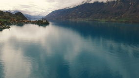 Bello lago vicino alle montagne stock footage