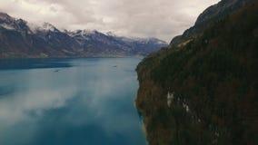 Bello lago vicino alle montagne archivi video