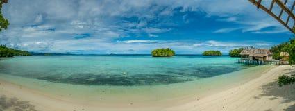 Bello Lagoone blu con alcune capanne di bambù, alloggio presso famiglie di Kordiris, Palmtree nella parte anteriore, Gam Island,  Fotografia Stock Libera da Diritti