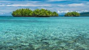 Bello Lagoone blu vicino all'alloggio presso famiglie di Kordiris, Gam Island, Papuan ad ovest, Raja Ampat, Indonesia Fotografia Stock Libera da Diritti