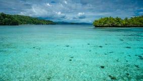 Bello Lagoone blu vicino all'alloggio presso famiglie di Kordiris, Gam Island, Papuan ad ovest, Raja Ampat, Indonesia Immagine Stock Libera da Diritti