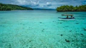 Bello Lagoone blu vicino all'alloggio presso famiglie di Kordiris, Gam Island, Papuan ad ovest, Raja Ampat, Indonesia Immagini Stock