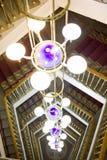 Bello lampadario a bracci contro una scaletta Immagine Stock