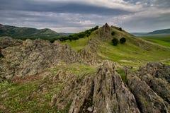 Bello lanscape della molla con le rocce, gli alberi e le nuvole Immagini Stock Libere da Diritti