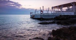 Bello lasso di tempo di alba sopra l'oceano con una stazione balneare e l'ombrello nella priorità alta video d archivio