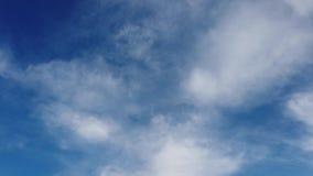 Bello lasso di tempo delle nuvole in un bello cielo blu con i banchi di nubi video d archivio