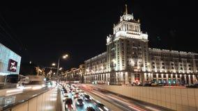 Bello lasso di tempo di traffico di notte Mosca, Russia archivi video
